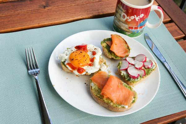 【早餐】 奢侈一下 來點鮭魚配自家手工麵包
